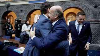 Afectuoso saludo entre Guindos y Dijsselbloem, que compitieron por la presidencia del Eurogrupo