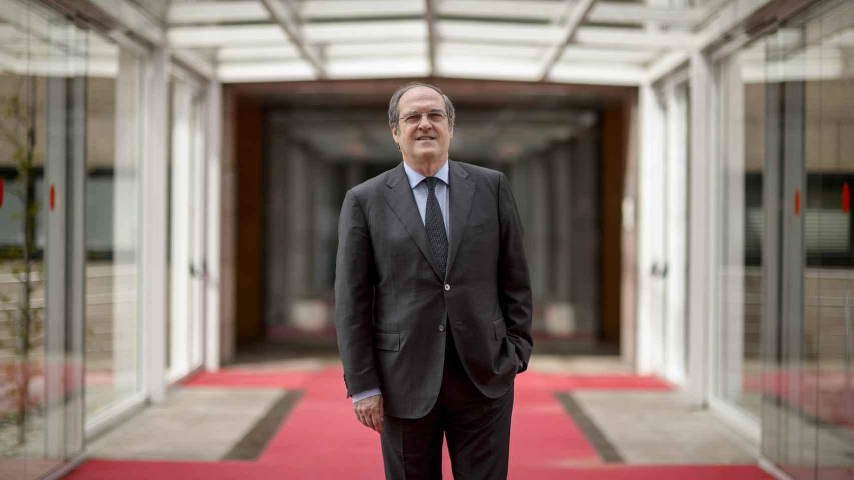 Ángel Gabilondo, en el pasillo acristalado que conecta edificios en la Asamblea.