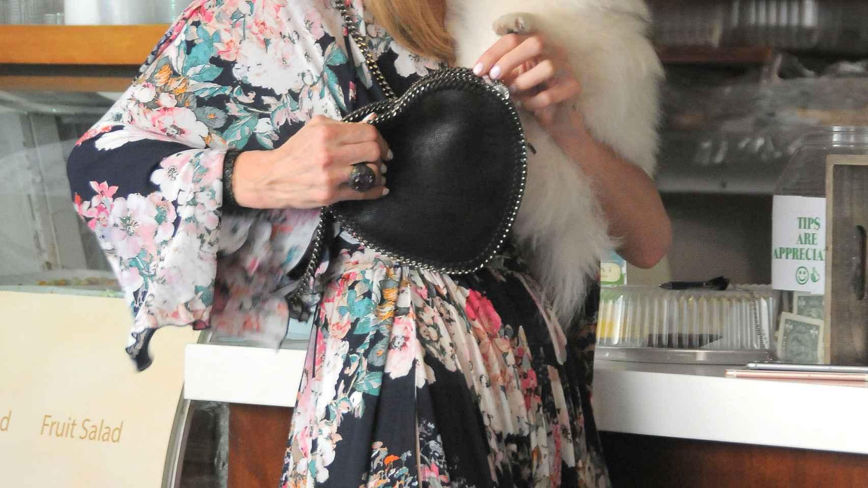 Paris Hilton estrena complemento: un perro de 13.000 dólares