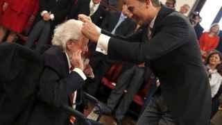 Fernando del Paso recibe su premio de manos del Rey.