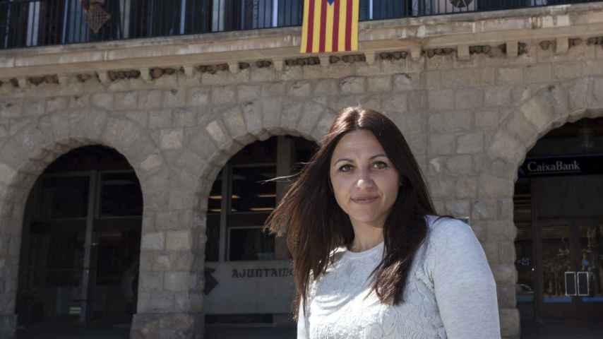Ana Moreno, delante del Ayuntamiento de Balaguer