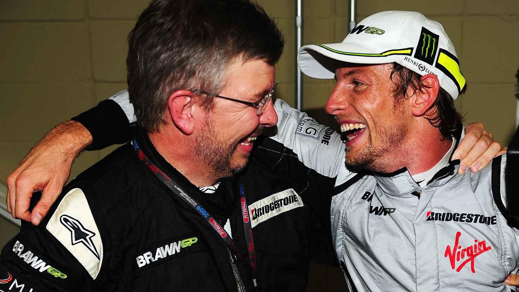 Jenson Button celebra su título Mundial con Ross Brawn en 2009.