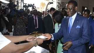 Teodoro Obiang votando en las elecciones de Guinea Ecuatorial.