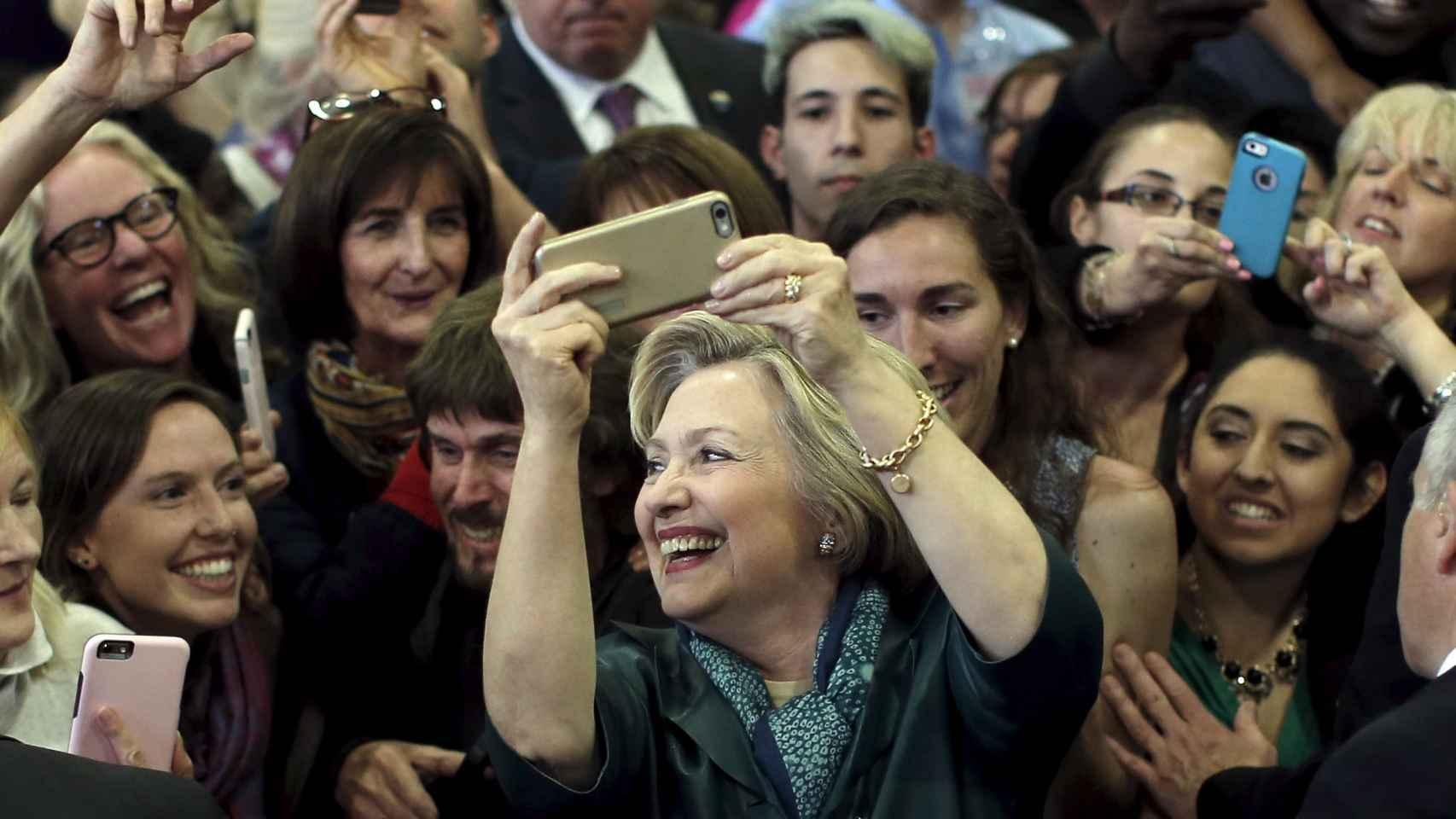 Hillary Clinton haciéndose una foto después de su mitin en Bridgeport.