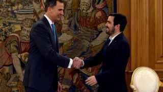 Alberto Garzón estrecha la mano al Rey