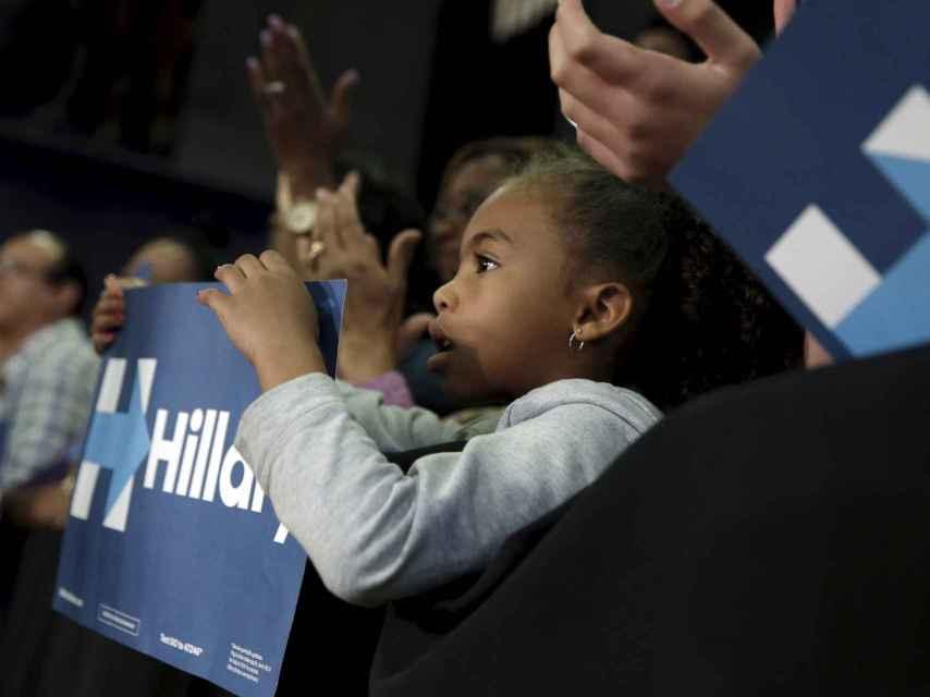 Una niña durante el mitin de Hillary Clinton en Bridgeport.