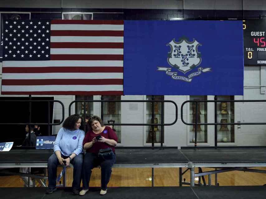 Dos mujeres tras el mitin de Hillary Clinton en Bridgeport.