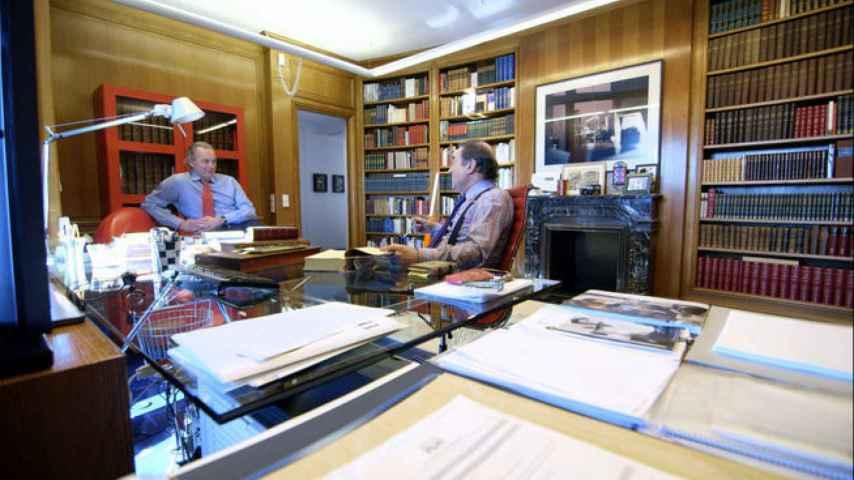Bertín Osborne y Pedro J. Ramírez conversan en la biblioteca.
