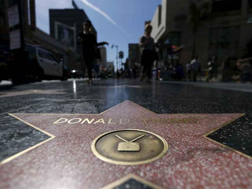 La estrella de Donald Trump en el Paseo de la Fama está cerca del Dolby Theatre.