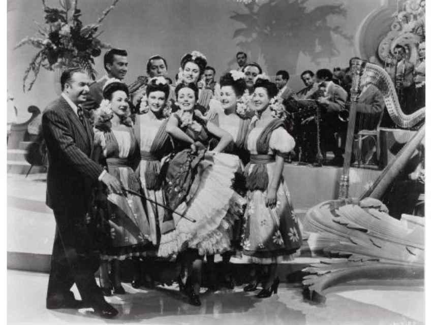 Xavier Cugat rodeado de chicas en un rodaje.
