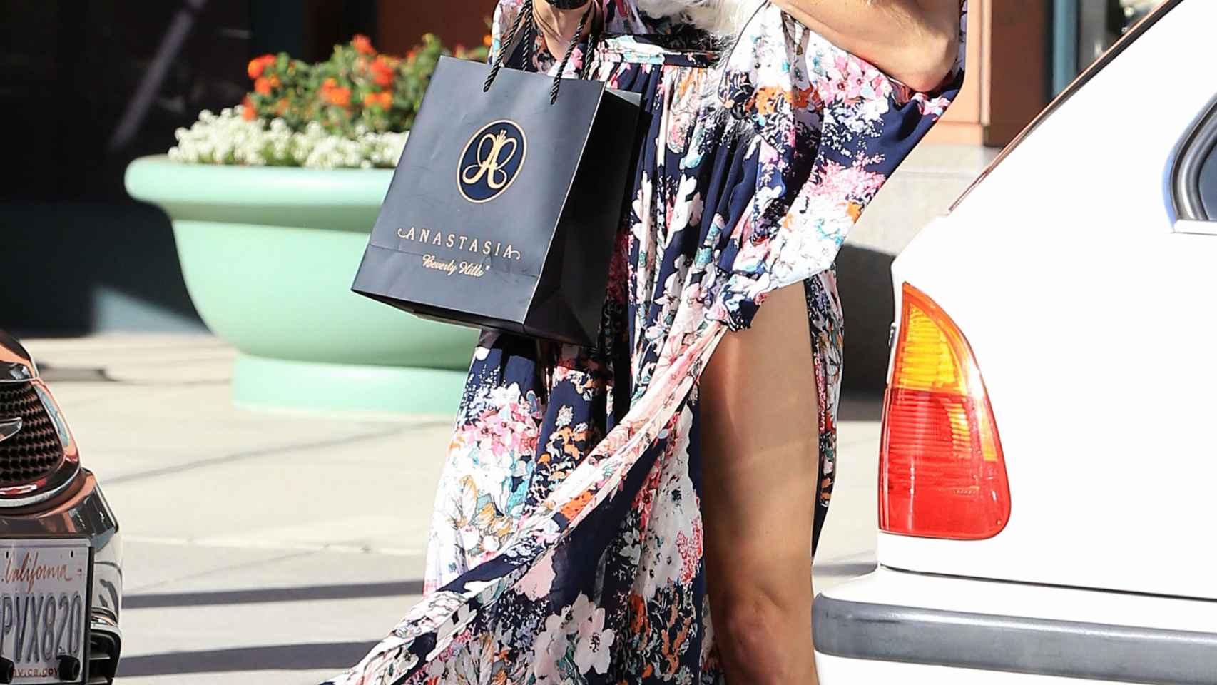 Paris Hilton de compras y hablando con su móvil