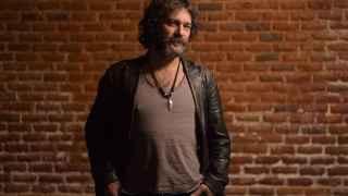 El cantautor Quique Gonzalez es uno de los participantes en el festival solidario por los refugiados.