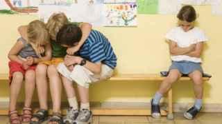 Un grupo de niños en un colegio.