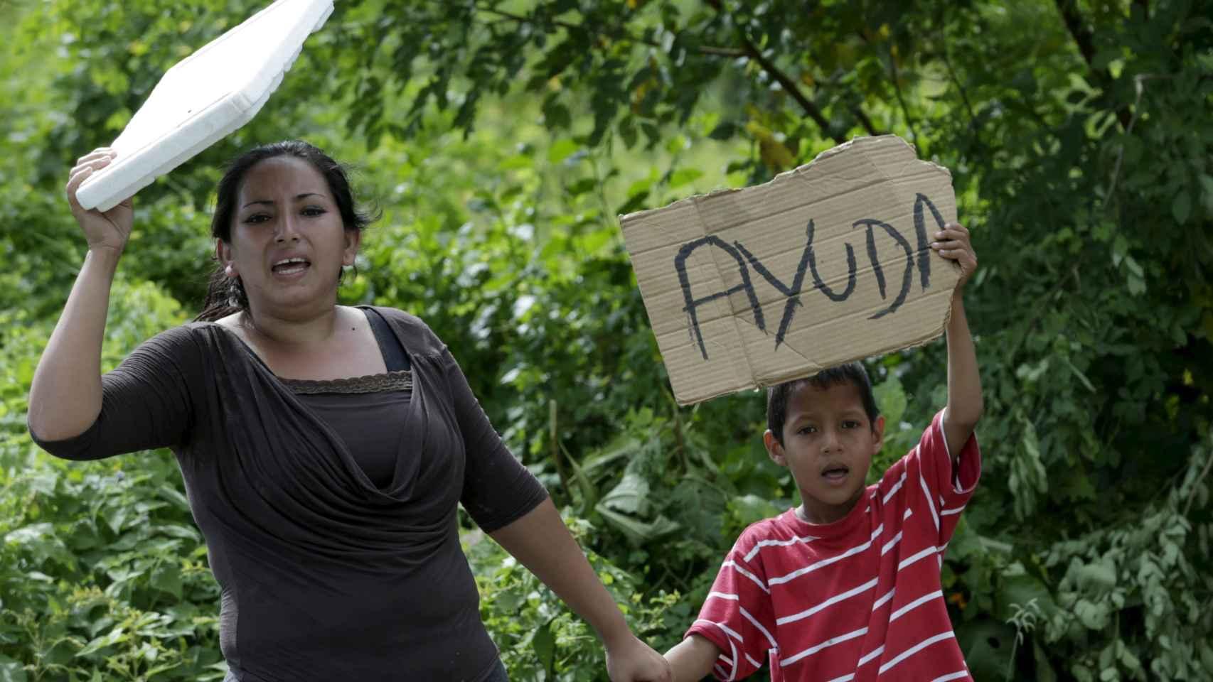 Una madre y un hijo piden ayuda en las inmediaciones de Canoa.