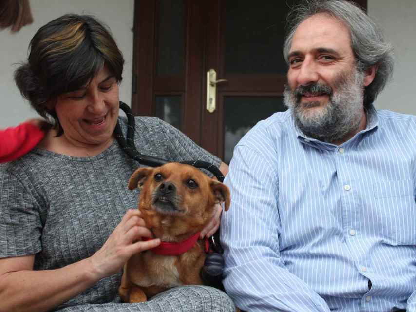 Carmen, Domingo y William, el actual perro de la familia.