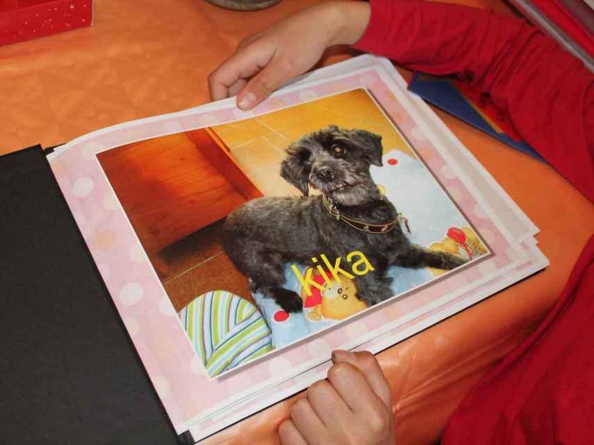 Foto de Kika en el álbum de adopción, la perra que ayudó a María en su proceso de adaptación a su nueva familia.