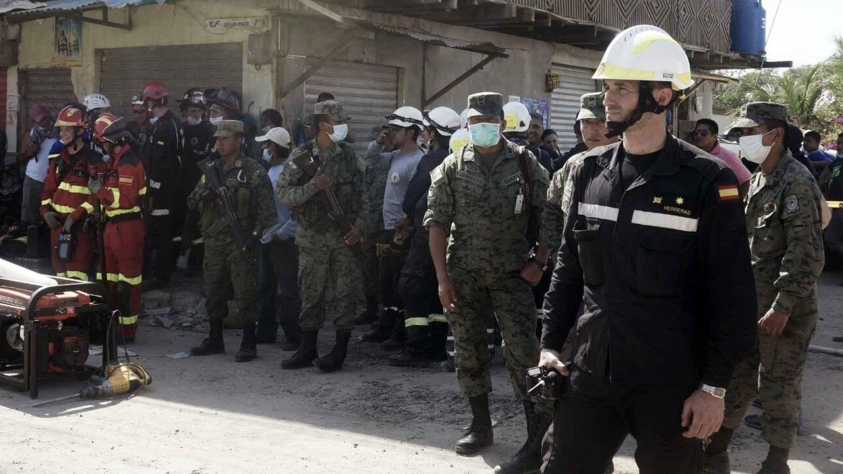 El comandante Herreras, en primer plano, está al frente del operativo de la UME.