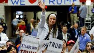 Seguidores de Trump le piden autógrafos y le saludan tras un mitin en Connecticut.