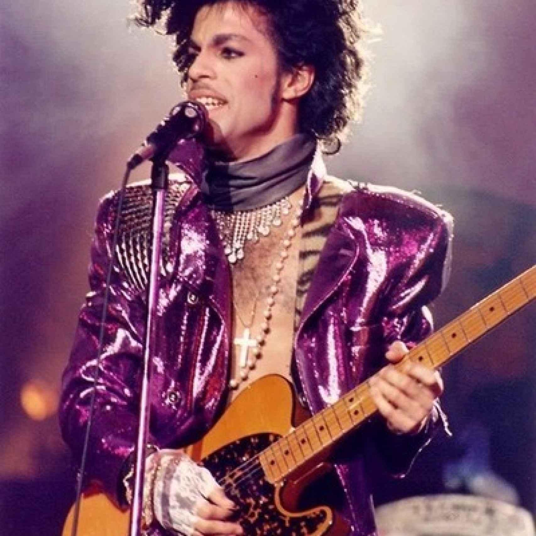 Prince vestido de morado interpretando Purple Rain