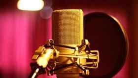 Los podcasts son muy sencillos de producir, y solo es necesario disponer de un dispositivo para grabar, como un móvil o un micrófono.