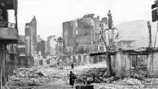 Una fotografía de las ruinas de la ciudad de Gernika, tras el bombardeo.