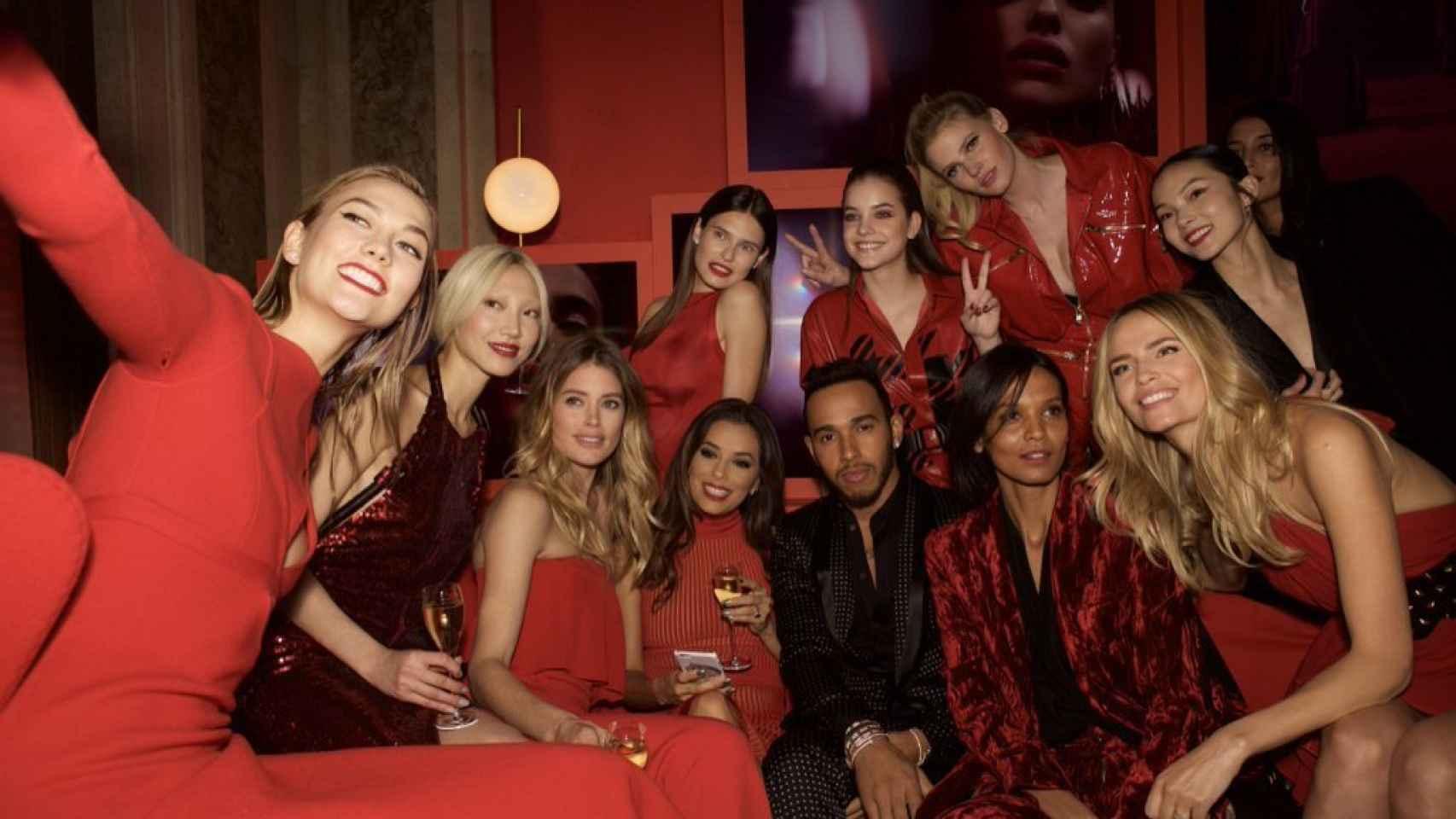 Lewis Hamilton junto a las modelos de Victorias Secret.