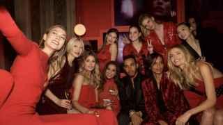 El piloto británico junto a las modelos de Victorias Secret.
