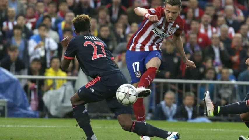 Saúl le pega a la pelota delante de David Alaba en Champions.