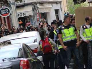 El alcalde de Granada, Torres Hurtado, abandona el Ayuntamiento tras el registro.