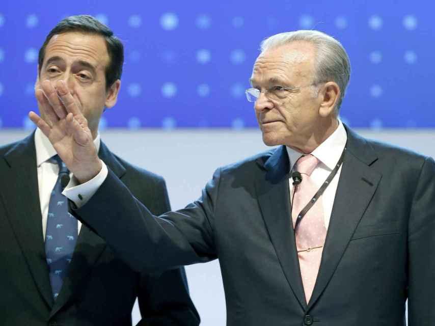 El presidente y consejero delegado de CaixaBank, Isidre Fainé, a la derecha; y Gonzalo Gortázar, izquierda.