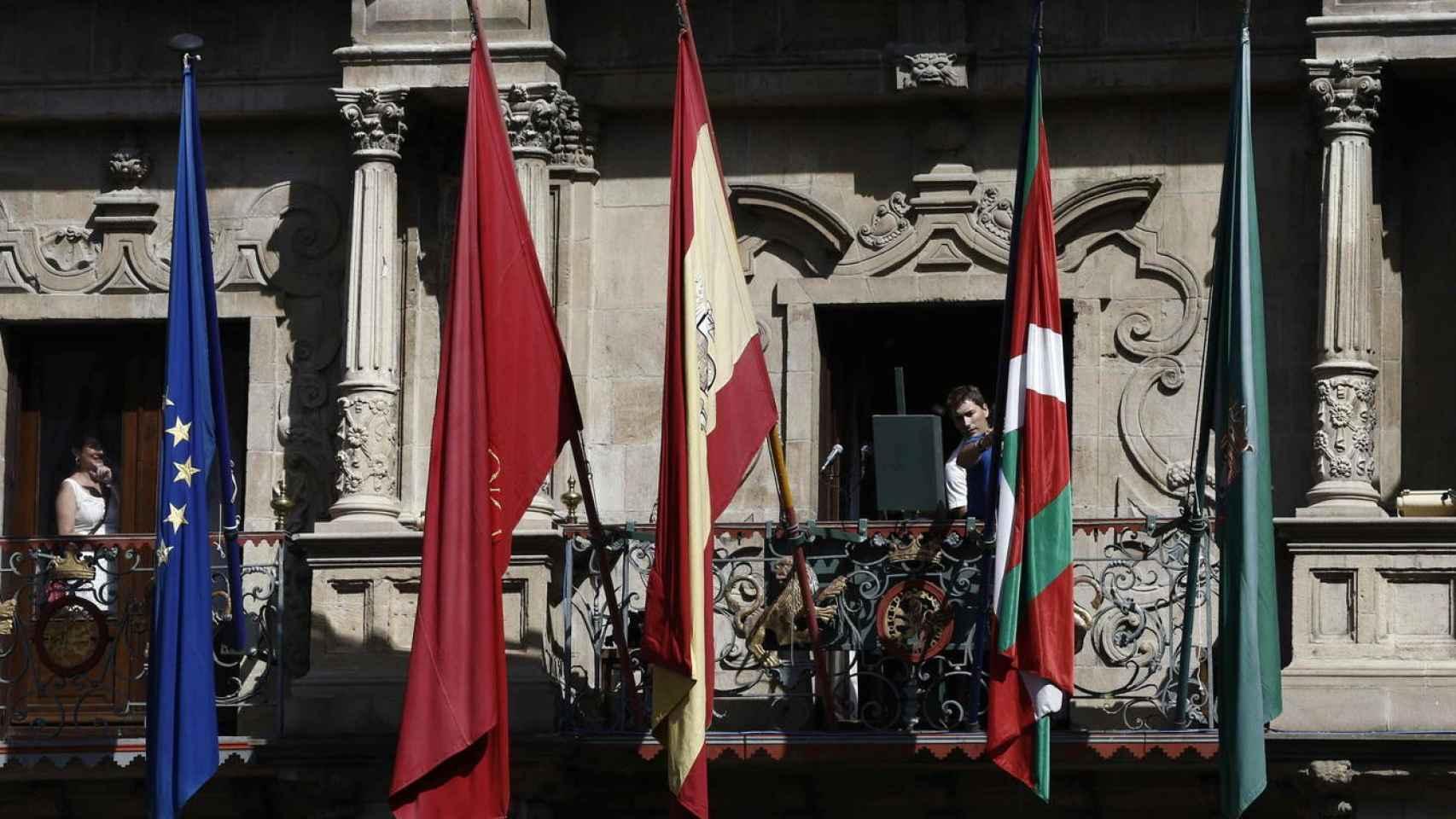 Banderas en el Ayuntamiento de Pamplona.