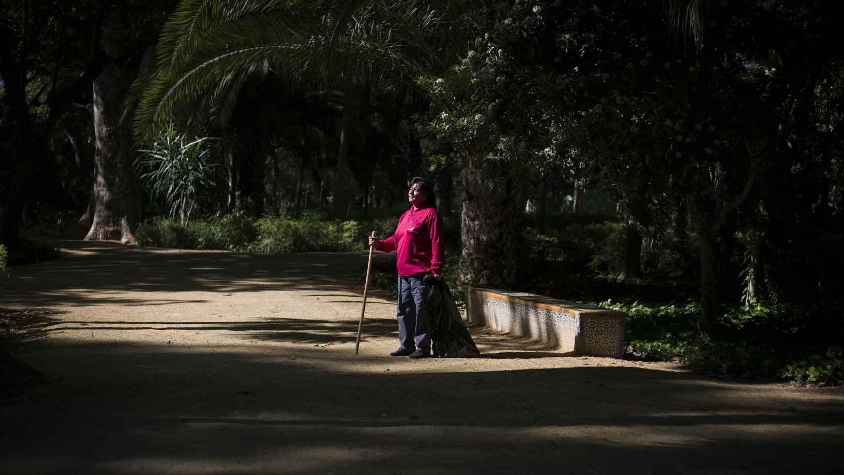 Carmen recoge basura en el parque en el que se cometió el crimen