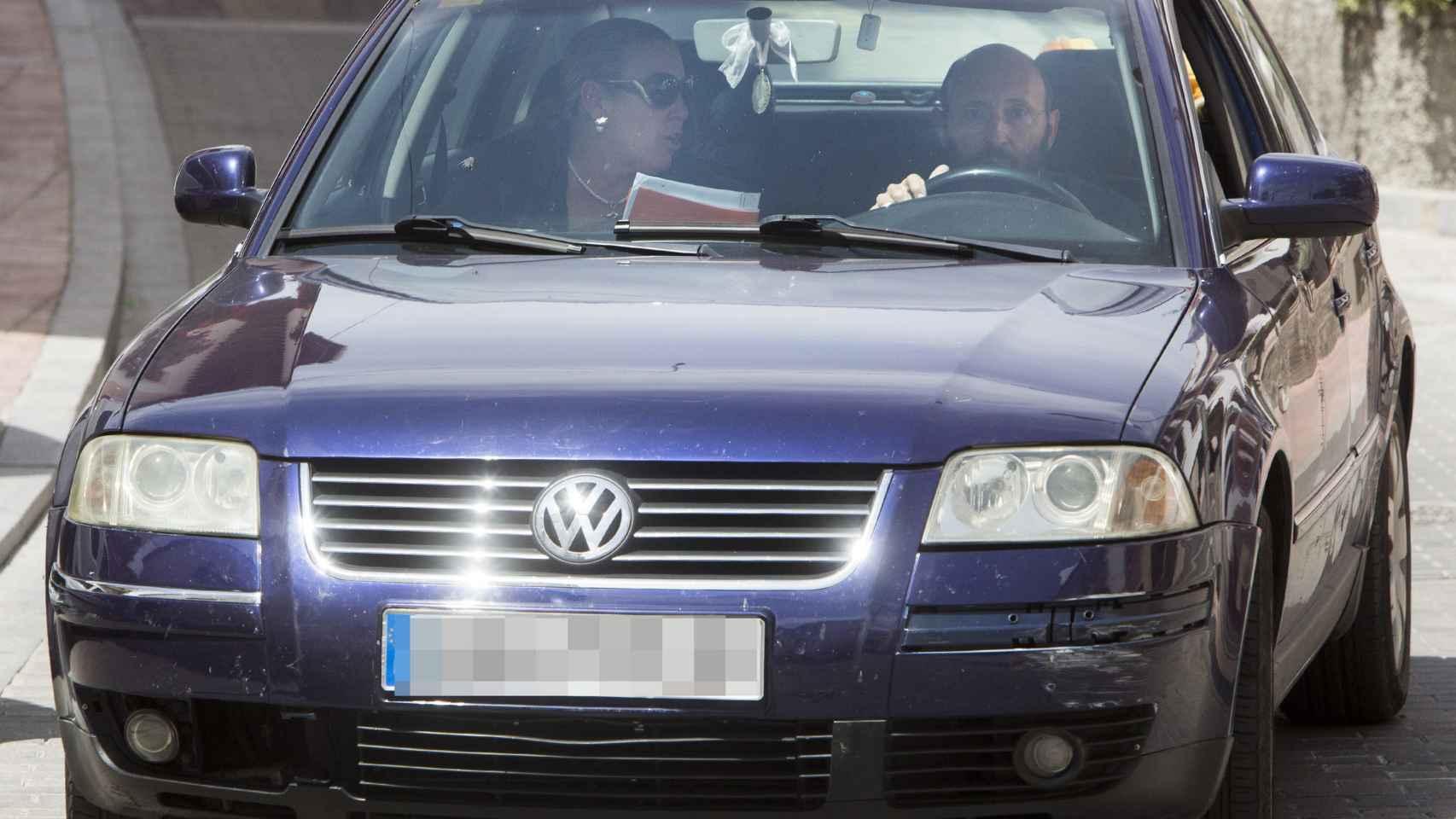 Ginés, conduciendo junto a su pareja por las calles de Monachil (Granada)