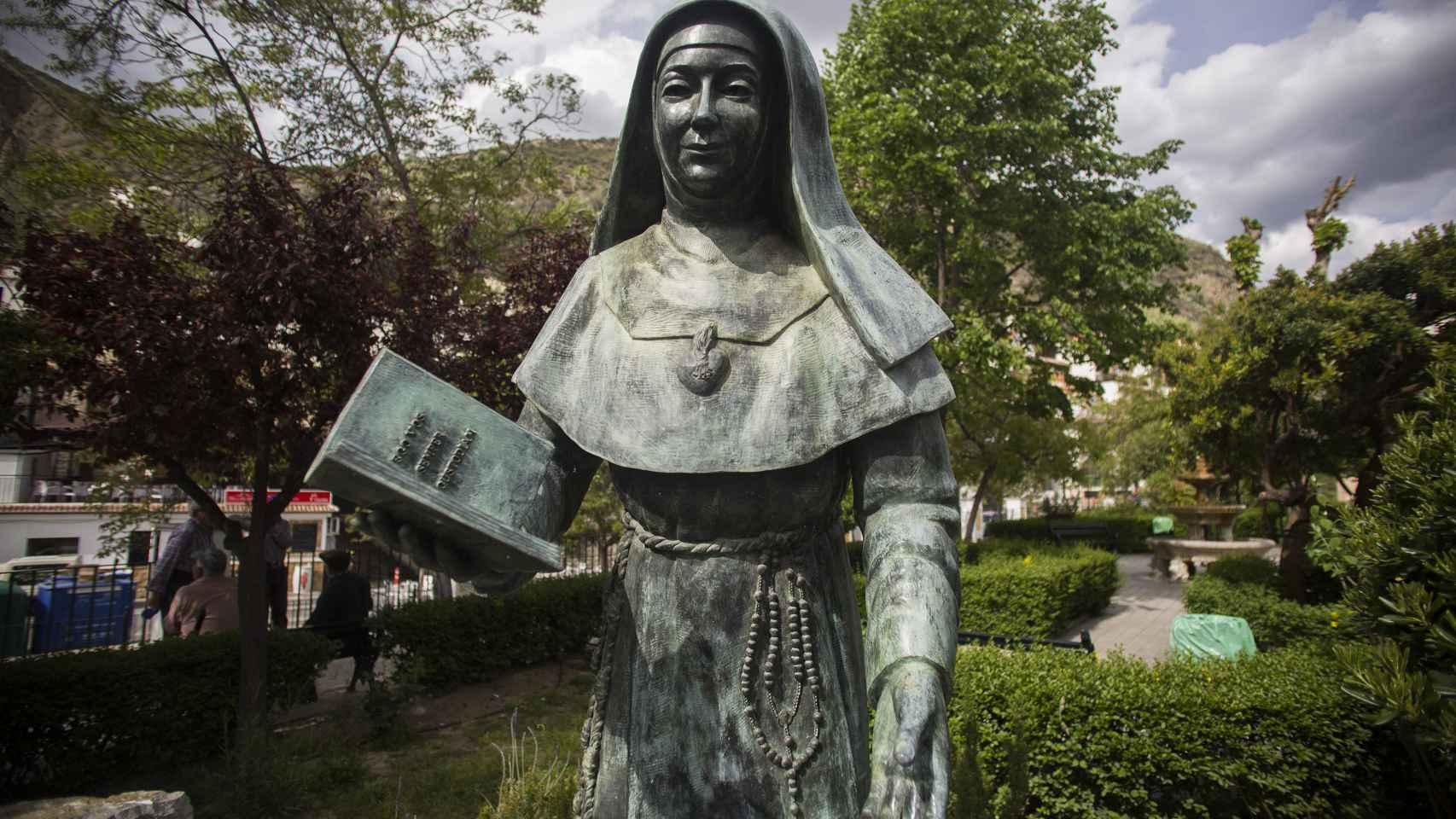 Estatua de una monja a la entrada de Monachil (Granada)