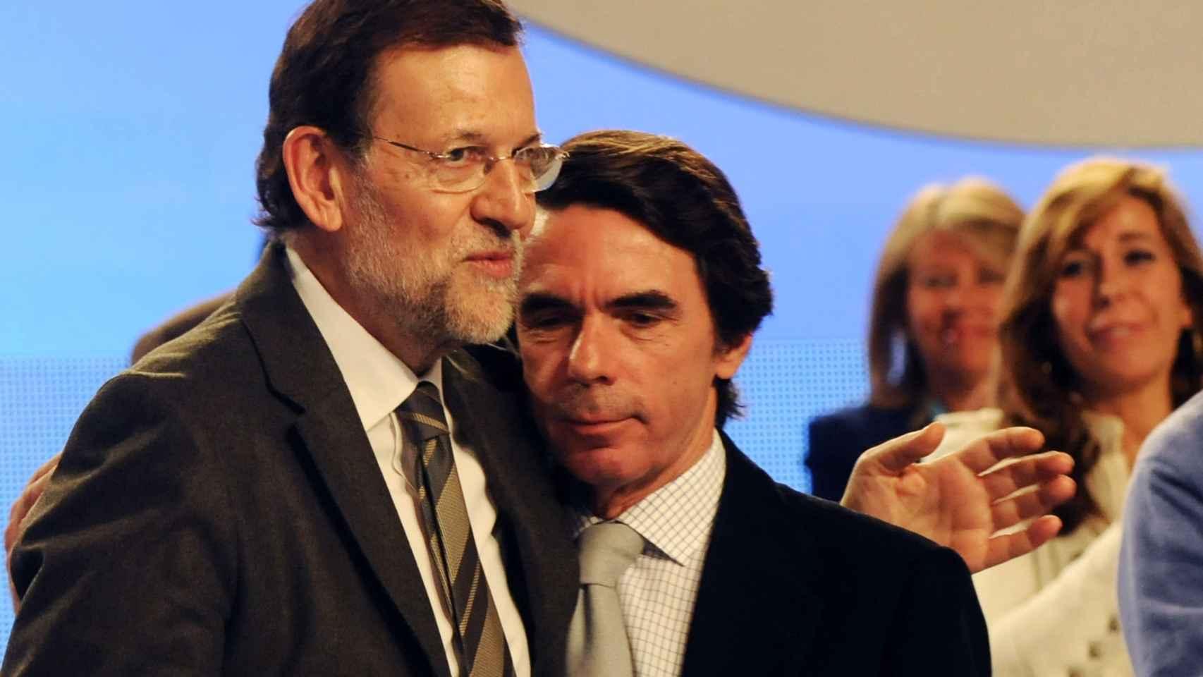 El abrazo del oso, o Aznar y Rajoy.