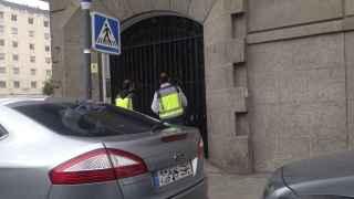 Agentes de la Policía en el registro del despacho Nummaria