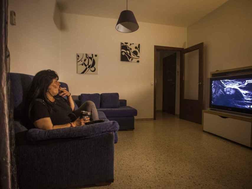 Carmen viendo CSI en su casa