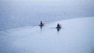 Maykol y Alejandro navegando en el río