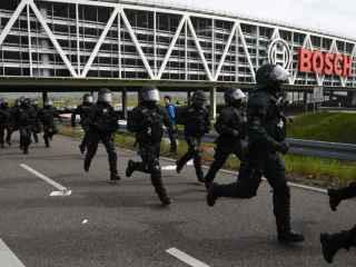 Los antidisturbios acuden a detener a los manifestantes.