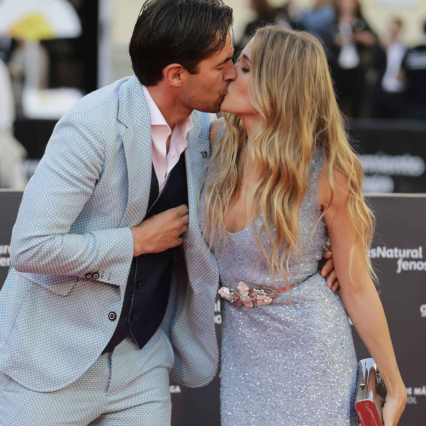 Los actores Alex Adrover y Patricia Montero protagonizaron el beso de la alfombra roja
