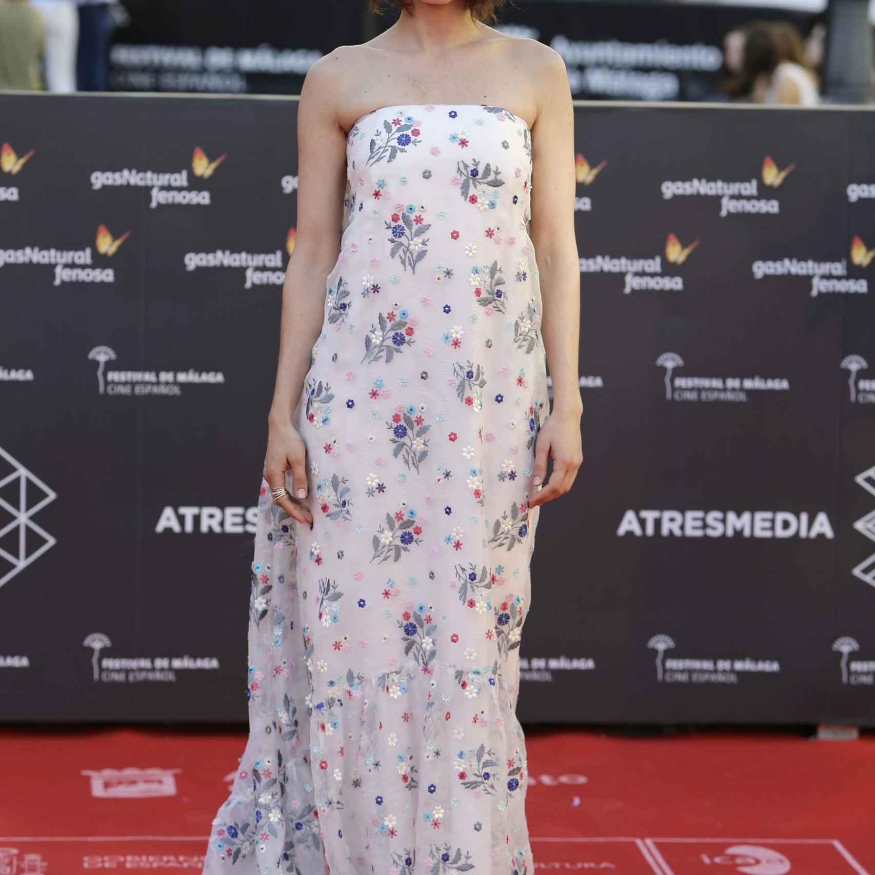 Nerea Barros con uno de los diseños floreados más bonitos de la alfombra