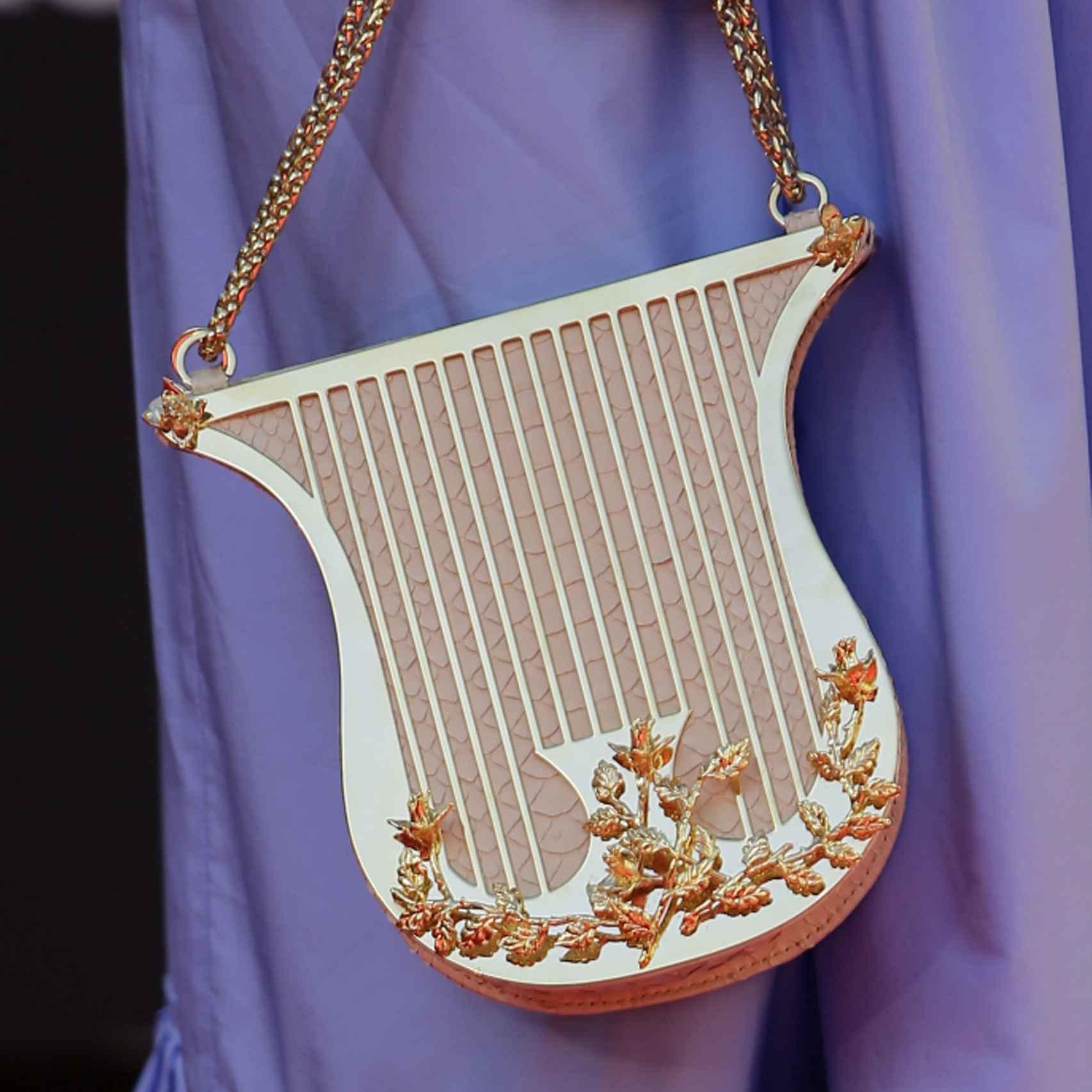 El clutch en forma de arpa que lució Macarena Gómez fue lo más chic de la alfombra