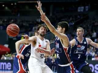 Sergio Llull pasa el balón ante Santi Yusta en el Madrid-Obradoiro.