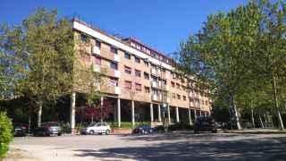 El edificio se erige en el barrio madrileño de Mirasierra.