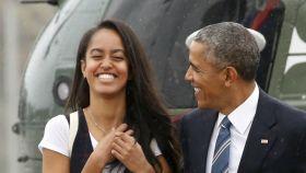 Malia Obama, junto a su padre.