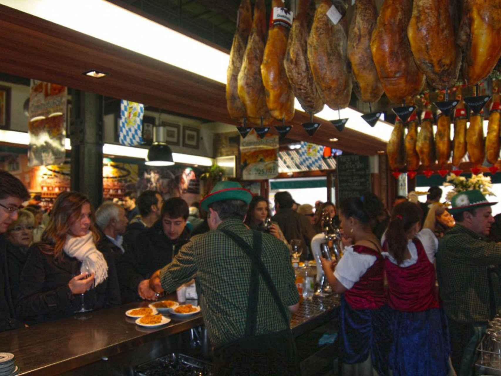 La barra de la taberna Camarote, a rebosar de gente.