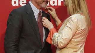 Cristina Cifuentes colocando la Medalla a Arturo Pérez-Reverte en el Día de la Comunidad de Madrid.