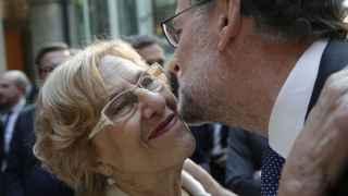 Mariano Rajoy saluda a la alcaldesa de Madrid, Manuela Carmena, a su llegada a los actos del Día de la Comunidad de Madrid.