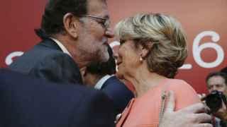 El presidente del Gobierno en funciones, Mariano Rajoy, saluda a la presidenta del PP de Madrid, Esperanza Aguirre