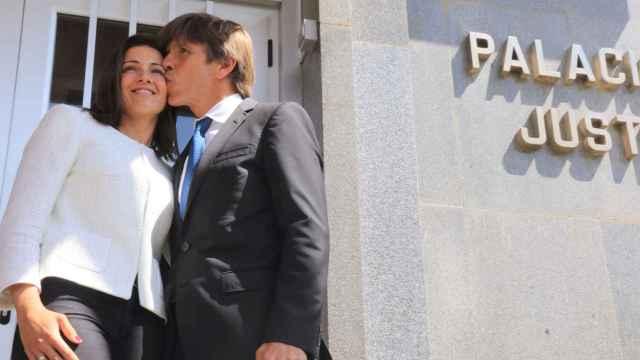 Manuel Díaz y su mujer el pasado jueves a su salida del juzgado